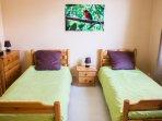 La deuxième chambre avec deux lits jumeaux