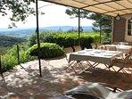 Une vaste terrasse ombragée deviendra vite un lieu privilégié pour vos repas...