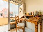 Salon con rincón escritorio mexicano con libros en varios idiomas para intercambiar.