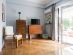 Mid century decor, spacious, sunny lounge