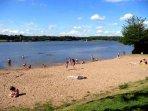 Uno dei vicini laghi di nuoto con la spiaggia