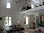 intérieur contemporain avec de grands volumes
