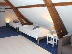 Chambre sous les combles avec 4 lits simples