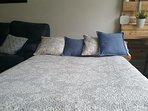 amplio sofa cama de 1.35 cm.