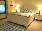King Guest room with en-suite bathroom, terrace level