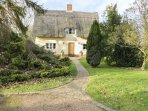 FAITH COTTAGE, character holiday cottage, with a garden in Felsham, Ref 1934