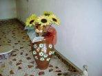 giara antica decorata posta all'ingresso