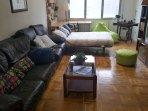 Amplio salón con varias zonas de estar. Zona de sofás. Comedor y zona de trabajo.