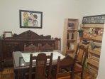 Zona comedor con mueble antiguo y algunos libros a tu disposición.