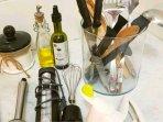 En el apartamento encontrará aceite vinagre sal y especies así como muchos utensilios de cocina.