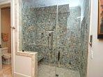 Altre caratteristiche includono una doccia con la testa di pioggia, e una toilette separata.