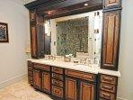Il bagno padronale adiacente ha un doppio lavabo in granito lavato.
