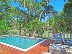 Raffreddare in piscina o sedersi e prendere i raggi del sole mentre ci si rilassa sulla chaise.