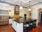 La cucina gourmet ha elettrodomestici di qualità professionale, una dispensa e un angolo bar.