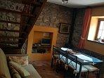 Salón independiente con TV , mesa y sofá
