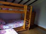 Litera habitación para 3 personas , al lado cama de 90 individual
