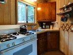 La zona cucina è completamente attrezzata con tutto il necessario per cucinare e mangiare.