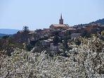 Vue sur Villars et cerisiers en fleurs