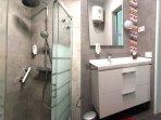 Ducha 110x80 y lavabo con 2 cajones de 90 cm.