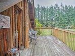Relax at this 3-bed, 3-bath vacation rental cabin in Vashon, Washington!