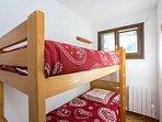 2 lits superposes avec barrière amovible pour la securité des petits