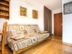 Le canapé lit avec son grand placard de rangement pour avoir un appartement toujours impeccable.