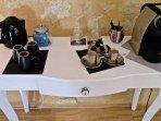 Coté Parents console avec machine Nespresso- théière et gourmandise s fait maison
