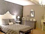grand lit à mémoire de forme, la chambre Comtesse porte bien son nom. Charme et élégance