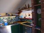zona cucina con  lavabo e lavastoviglie