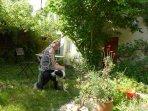 Petit jardin clos devant la maison