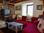 Salon avec canapé et télé
