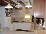 Réfrigérateur et petite partie congélateur intégrée, plaques gaz, cafetière, bouilloire, grille-pain