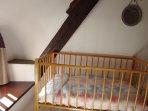 Lit bébé, aussi disponible table à langer, transat, baignoire, réducteur de toilette, chaise haute