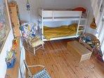 La chambre d'enfants : lits superposés , possibilité d'ajouter 2 lits bébés