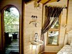 Porte d'entrée de la cabane; On aperçoit la grande terrasse privée ou il fait bon se détendre