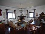 Il primo salotto con lo spazio pranzo e la zona televisione