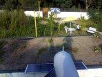 Paneles solares en el techo.