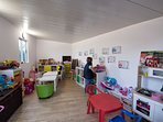 Los niños pueden disfrutar de una pequeña casa cubierta con multitud de juguetes