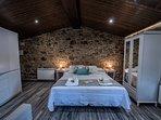 La cama de matrimonio es muy cómoda y mide 1,50 x 2 metros