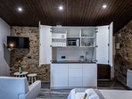 El apartamento cuenta con una cocina con todos los utensilios