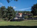 El entorno está rodeado de árboles, césped y zonas de cultivo para disfrutar de la tranquilidad.