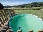 Una pequeña piscina en la parte de atrás para disfrutar del agua en el verano