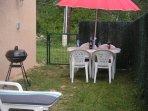 Le coin apéro et pour les repas avec son barbecue