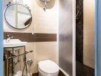 Bagno della camera azzurra: lavabo, bidet alla francese, wc e doccia