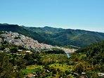 Ojén, gelegen aan de rand van de Sierra de las Nieves met uitzicht op de Mediterannee. (Tamayo foto)