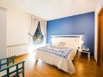 habitación con cama de 1,50 y baño completo