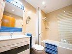 baño completo habitación cama doble