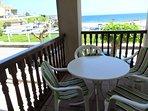 terraza vistas al mar mesa y cuatro sillas