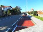 zona para aparcamiento, gratis para residentes zona trasera edificio, carretera de la costa