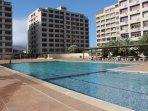 La piscina es el centro del conjunto y la rodea áreas de usos múltiples para el entretenimiento